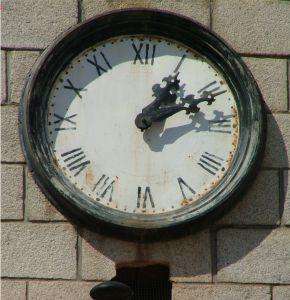 reloj de torre mal estado